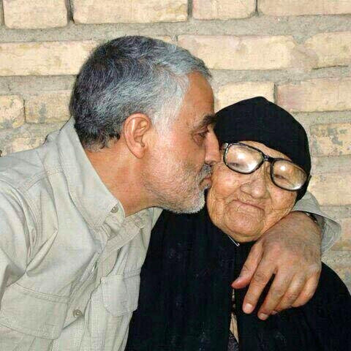 فیلم: وقتی «حاج قاسم» کف پای مادرش را میبوسید