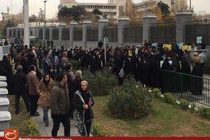 هماکنون/ تجمع دانشجویان انقلابی در اعتراض به هتاکی نماینده سراوان مقابل مجلس