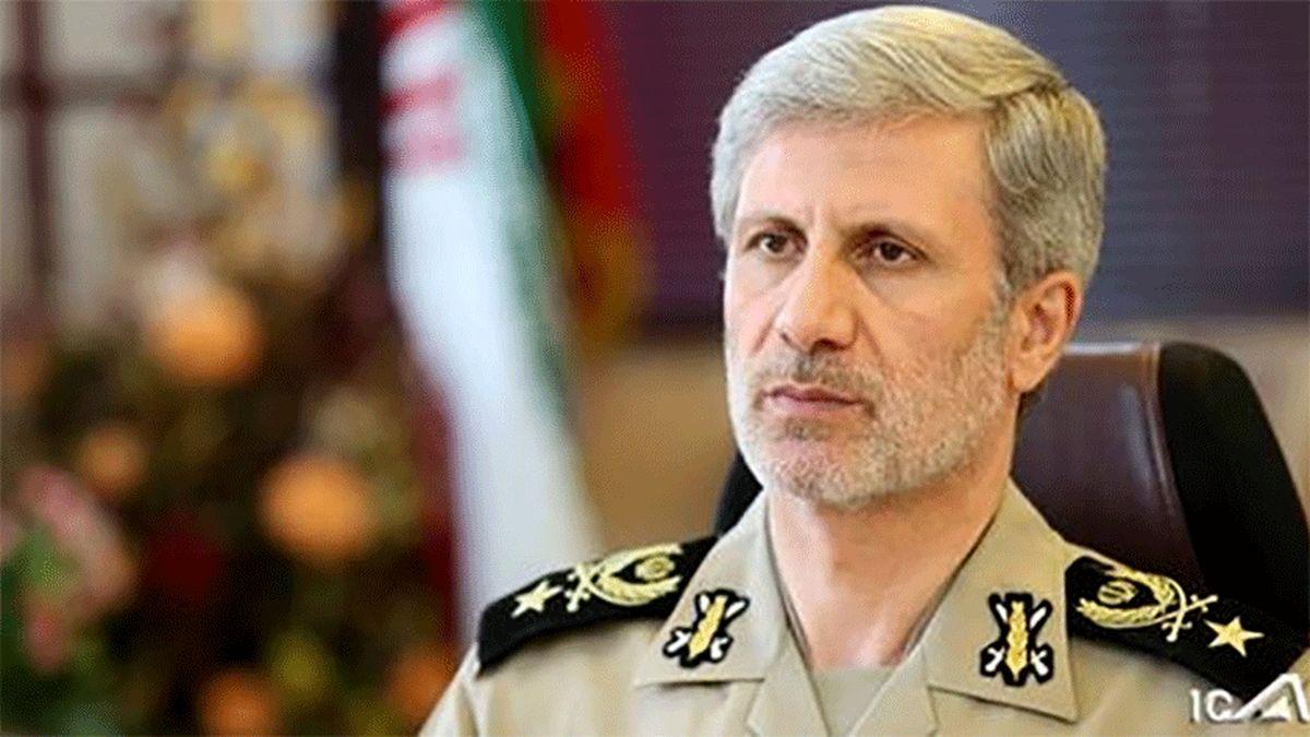 عکس: وزیر دفاع در منزل شهید فخری زاده حضور یافت